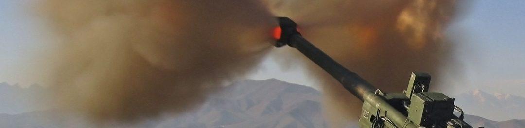 Lueur de départ d'un obusier M777 de 155 mm.